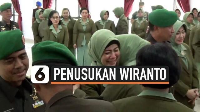 istri Mantan Dandim Kendari , IPDN, menitikkan air mata saat disalami para prajurit dan istri prajurit. Momen ini terjadi setelah prosesi sertijab Dandim Kendari dari Kolonel Hendi kepada Kolonel Inf Alamsyah.