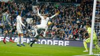 Pemain Real Madrid Sergio Ramos melompat saat berada depan gawang Real Sociedad pada laga pekan ke-18 La Liga Spanyol di Santiago Bernabeu, Minggu (6/1). Real Sociedad meraih kemenangan 2-0 atas Real Madrid. (AP Photo/Paul White)