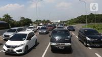 Kepadatan kendaraan di Tol Jakarta-Cikampek KM 57, Karawang, Jawa Barat, Kamis (24/12/2020). Puncak arus lalu lintas keluar Jabodetabek via jalan tol diprediksi terjadi hari ini, Kamis (24/12). (Liputan6.com/Herman Zakharia)