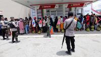 Warga antre membeli tabung gas 3 kg saat operasi pasar elpiji di SPBU Ki Hajar Dewantara di Palu, Sulawesi Tengah, Senin (8/10). Pertamina melakukan operasi pasar elpiji pascagempa dan tsunami Palu.  (Liputan6.com/Fery Pradolo)