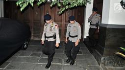 Polisi berjaga di rumah Direktur Utama PLN Sofyan Basir saat penggeledahan oleh tim penyidik KPKdi kawasan Bendungan Hilir, Jakarta, Minggu (15/7).Penggeledahan berawal dari OTT terhadap 13 orang di rumah Dinas Mensos. (Merdeka.com/Iqbal S Nugroho)