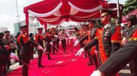 Tradisi pedang pora menyambut kedatangan Kapolda Sumsel baru Irjen Pol Priyo Widyanto dan istri (Liputan6.com / Nefri Inge)