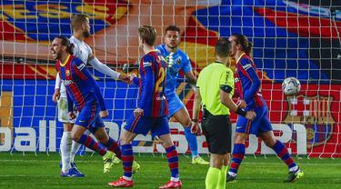 Pemain Barcelona Oscar Mingueza (kiri) melakukan selebrasi usai mencetak gol ke gawang Huesca pada pertandingan Liga Spanyol di Stadion Camp Nou, Barcelona, Spanyol, Senin (15/3/2021). Barcelona menang 4-1. (AP Photo/Joan Monfort)