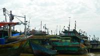 Barisan kapal nelayan dengan alat tangkap cantrang bersandar di pesisir pantura Tegal, Jawa Tengah. (Liputan6.com/Fajar Eko Nugroho)