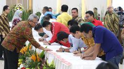 Ketua KPU RI, Arief Budiman (kiri) melihat penandatangan persetujuan surat suara pemilihan Presiden dan Wakil Presiden serta anggota DPR RI pemilu 2019 oleh perwakilan partai politik di Jakarta, Jumat (4/1). (Liputan6.com/Helmi Fithriansyah)