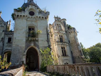 Gambar pada 8 Oktober 2018 menunjukkan kastil La Mothe-Chandeniers yang rusak diserang oleh vegetasi, di Les Trois-Moutiers, Prancis. Kastil yang dibangun pada abad 13 ini kondisinya sangat memprihatinkan karena tak pernah terurus. (GUILLAUME SOUVENT/AFP)