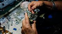 Spesialis reparasi kamera analog, Vessela Draganova sedang memperbaiki kamera di bengkel kecilnya di Sofia, Bulgaria, Selasa (24/4). Vessela Draganova telah memperbaiki kamera selama 48 tahun. (AFP PHOTO/Dimitar DILKOFF)
