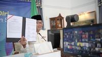 Gubernur Jawa Barat Ridwan Kamil menandatangani  LoI dengan Monash University dalam revitalisasi DAS Citarum di Gedung Pakuan, Kota Bandung, Kamis (22/7/2021).