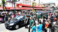 Paspampres mengawal mobil yang membawa Presiden Jokowi menuju Istana Kepresidenan Yogyakarta dari kawasan Malioboro, Minggu (31/12). Jokowi ditemani Kaesang Pangarep menikmati suasana jelang pergantian tahun di kawasan itu. (LIputan6.com/Biro Setpres)