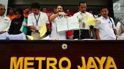Subdit Harda Dit Reskrimum Polda Metro Jaya merilis kasus mafia tanah yang terjadi di Jakarta dan Bekasi, Polda Metro Jaya, Jakarta, Rabu (5/9). Mafia tanah yang beroperasi di Jakarta dan Bekasi ini menggunakan surat palsu. (Liputan6.com/JohanTallo)