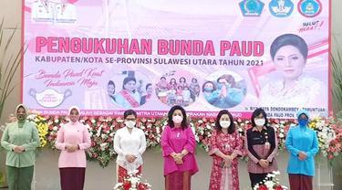 Pengukuhan Bunda PAUD Kabupaten/Kota se-Sulut dilakukan oleh Bunda PAUD Sulut Rita Maya Dondokambey-Tamuntuan lewat pembacaan Ikrar Bunda PAUD.