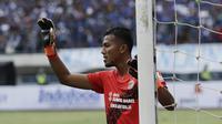 Kiper Sriwijaya FC, Teja Paku Alam, memberikan instruksi saat melawan Persib Bandung pada laga Grup A Piala Presiden di Stadion GBLA, Bandung, Selasa (16/1/2018). Persib menang 1-0 atas Sriwijaya FC. (Bola.com/M Iqbal Ichsan)