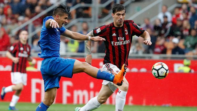 Bek AC Milan, Alessio Romagnoli berebut bola dengan pemain Fiorentina Giovanni Simeone saat bertanding pada lanjutan Liga Serie A Italia di stadion San Siro (20/5). Rossoneri memastikan tiket ke Liga Europa pada musim mendatang. (AP Photo/Antonio Calanni)#source%3Dgooglier%2Ecom#https%3A%2F%2Fgooglier%2Ecom%2Fpage%2F%2F10000