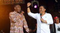 Penyanyi campursari Didi Kempot ketika berduet dengan penyanyi asal Papua saat konser di Balai Kota Solo beberapa waktu silam.(Liputan6.com/Fajar Abrori)