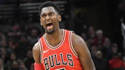 Pebasket Chicago Bulls, Bobby Portis, melakukan selebrasi usai memasukkan bola saat pertandingan melawan Portland Trail Blazers pada laga NBA di Stadion United Center, Selasa (2/1/2018). Bulls kalah dari Blazers dengan skor 120-124. (AP/David Banks)