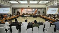 Suasana rapat pleno Rekapitulasi DPTHP di Kantor KPU, Jakarta, Minggu (16/9). Rapat membahas penyisiran DPT setelah Bawaslu dan koalisi pendukung pasangan Prabowo-Sandiaga menemukan pemilih ganda pada DPT. (Merdeka.com/Iqbal S. Nugroho)