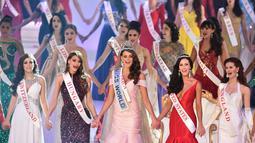 Rolene Strauss (tengah) dan para kontestan Miss World dalam kontes ratu kecantikan sejagat di London, Minggu (14/12/2014). (AFP PHOTO/Leon Neal)