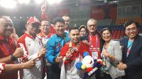 Ketua Komite Olimpiade Indonesia (KOI), Raja Sapta Oktohari (jaket biru), merayakan keberhasilan Eko Yuli Irawan meraih medali emas SEA Games 2019 dari cabang angkat besi, di Ninoy Aquino Stadium, Senin (2/12/2019). (dok. KOI)