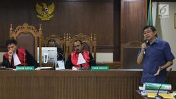 Terdakwa dugaan menghalangi proses penyidikan KPK, Lucas (kanan) saat memberi pertanyaan kepada salah satu saksi ahli pada sidang lanjutan di Pengadilan Tipikor, Jakarta, Kamis (21/2). Sidang mendengar dua saksi ahli. (Liputan6.com/Helmi Fithriansyah)