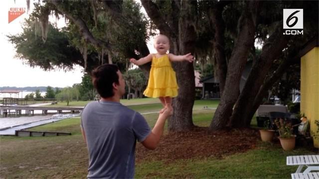 Seorang bayi berusia tujuh bulan mampu menyeimbangkan bobot tubuhnya di atas telapak tangan sang ayah yang tengah berdiri dan berputar.