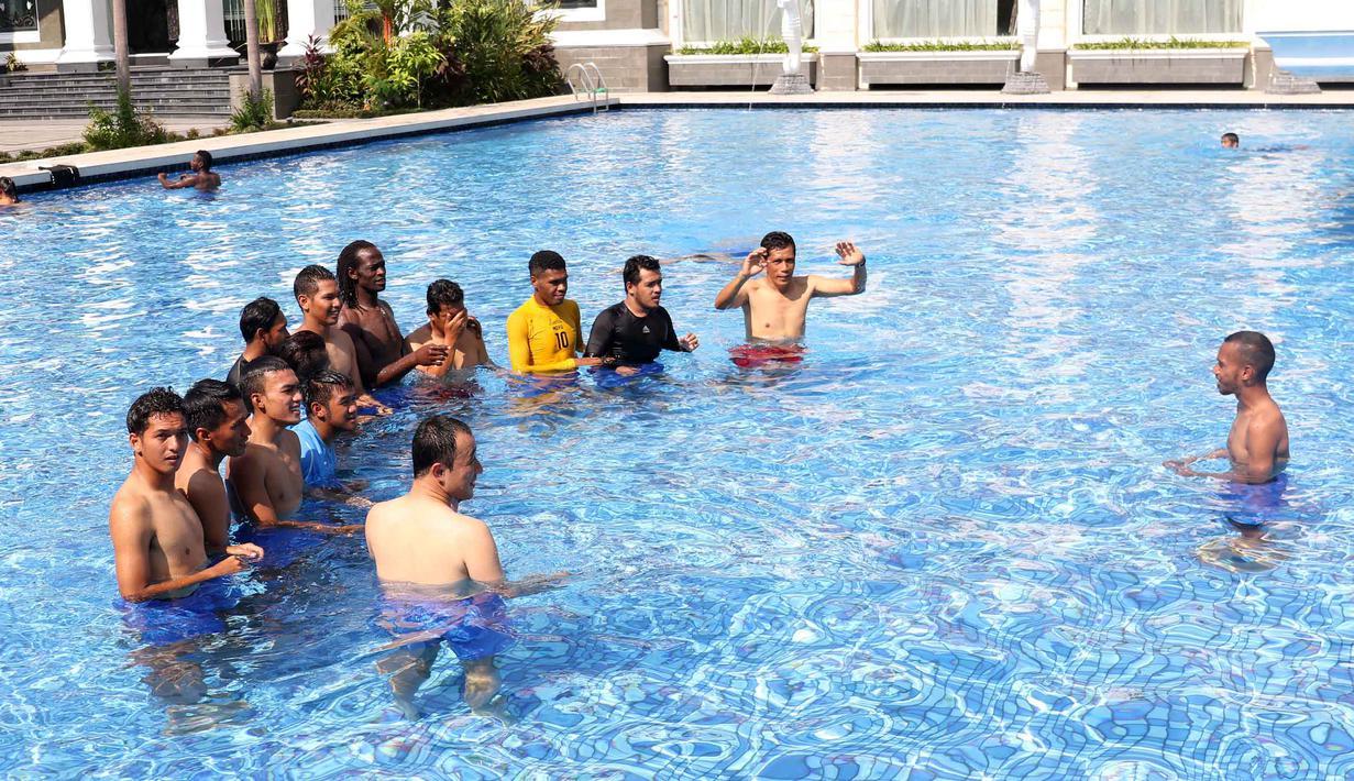 Para Pemain Semen Padang saat berenang di Kolam Renang Hotel Adhiwangsa, Solo, Minggu(13/12/2015). (Bola.com/Nicklas Hanoatubun)