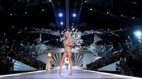Elsa Hosk mengenakan Fantasy Bra di Victoria's Secret Fashion Show 2018. (Foto: Dimitrios Kambouris / GETTY IMAGES NORTH AMERICA / AFP)