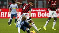 Gelandang AC Milan, Suso, berebut bola dengan gelandang SPAL, Pasquale Schiattarella, pada laga Serie A di Stadion San Siro, Milan, Sabtu (29/12). Milan menang 2-1 atas SPAL. (AP/Antonio Calanni)
