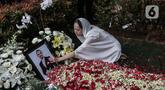 Bunga Citra Lestari atau BCL menaburkan bunga ke pusara Ashraf Sinclair saat pemakaman di San Diego Hills, Karawang, Jawa Barat, Selasa (18/2/2020). Ashraf Sinclair meninggal dunia pada usia 40 tahun diduga akibat serang jantung. (Liputan6.com/Faizal Fanani)