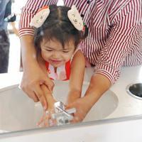 Pertolongan pertama pada anak yang mengalami luka bakar./Copyright shutterstock.com
