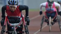 Atlet Jawa Barat, Rini Nuryani, merebut medali emas cabang lari kursi roda pada Peparnas. Padahal, pada ajang Peparnas sebelumnya, dia turun di cabang angkat berat. (Peparnas)