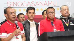 Menpora Imam Nahrawi (kedua kanan) saat memberi keterangan terkait OTT yang dilakukan oleh KPK tentang dana hibah Kemenpora ke KONI, di Jakarta, Rabu (19/12). Imam Nahrawi menyerahkan seluruh proses hukum kepada KPK. (Liputan6.com/Helmi Fithriansyah)