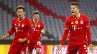 Striker Bayern Munchen, Robert Lewandowski, melakukan selebrasi usai mencetak gol ke gawang Lazio pada laga Liga Champions di Allianz Arena, Kamis (18/3/2021). Bayern Munchen menang dengan skor 2-1. (AP Photo/Matthias Schrader)