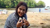Susi Pudjiastuti memamerkan kerang-kerang cantik di tepi Pantai Pangandaran, Jawa Barat (Dok.Instagram/@susipudjiastuti115/https://www.instagram.com/p/B5z_bH5Hyba/Komarudin)