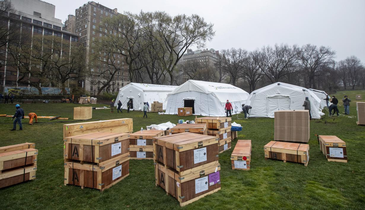 Pekerja Samaritan's Purse membangun rumah sakit lapangan darurat virus corona COVID-19 di Central Park, New York, Amerika Serikat, Minggu (29/3/2020). Rumah sakit lapangan darurat yang dibangun di seberang Rumah Sakit Mount Sinai ini dilengkapi dengan unit pernapasan. (AP Photo/Mary Altaffer)