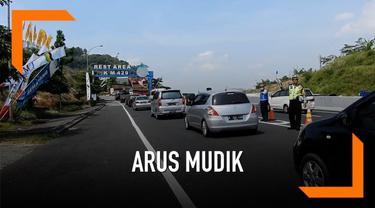 Kemacetan terjadi di rest area tol Semarang-Ungaran. Akibatnya sistem buka tutup dipergunakan untuk mengurangi kemacetan.