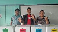 Warga Ahmadiyah datang ke TPS di Tasikmalaya (Istimewa)Gatotkaca dan Spiderman pamer jari bertinta usai mencoblos di TPS Pekanbaru, Riau. (Liputan6.com/M Syukur)