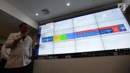 """Menteri PANRB Syafruddin memantau melalui layar digital kehadiran ASN di """"command centre"""" Kementerian PANRB, Jakarta, Senin (10/6/2019). Langkah ini dilakukannya guna mengecek absensi Aparatur Sipil Negara (ASN) atau PNS pada hari pertama kerja pasca libur Lebaran 2019. (merdeka.com/Imam Buhori)"""