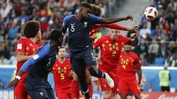 Bek Prancis, Samuel Umtiti, mencetak gol dengan tandukan kepalanya ke gawang Belgia pada laga semifinal Piala Dunia di Stadion St Petersburg, Selasa (10/7/2018). Prancis menang 1-0 atas Belgia. (AP/Natacha Pisarenko)