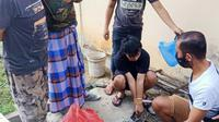 Polisi membongkar tangki WC saat mencari barang bukti sabu-sabu yang dibuang tersangka di Kendari.(Liputan6.com/Ahmad Akbar Fua)