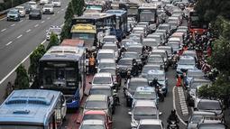 Kendaraan roda dua dan empat tampak terjebak macet panjang di kawasan Jalan Gatot Subroto, Jakarta, Minggu (9/12). Kemacetan tersebut diakibatkan oleh ribuan suporter yang ingin menunju ke Stadion Gelora Bung Karno. (Liputan6.com/Faizal Fanani)