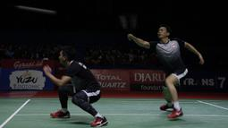 Ganda putra Indonesia, Mohammad Ahsan / Hendra Setiawan, saat melawan Marcus Gideon / Kevin Sanjaya pada Indonesia Open 2019 di Istora Senayan, Minggu (21/7). Ahsan / Hendra kalah 19-21 dan 16-21. (Bola.com/Vitalis Yogi Trisna)