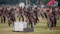 Prajurit Kopassus melakukan aksi bela diri saat peringatan HUT ke-67 Kopassus di Markas Kopassus, Cijantung, Jakarta, Rabu (24/4). Acara HUT Kopassus dimeriahkan oleh sejumlah aksi demonstrasi unjuk kekuatan koprs Baret Merah ini, seperti beladiri, dan ketangkasan fisik. (Liputan6.com/Faizal Fanani)