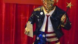 Patung emas mantan presiden Donald Trump yang dipajang pada Konferensi Politik Konservatif (CPAC) di Orlando, Florida, Jumat (26/2/2021). Patung tersebut dalam balutan jas setelan merek dagang Trump dengan celana pendek bertema bendera Amerika, dan sandal jepit. (AP Photo / John Raoux)