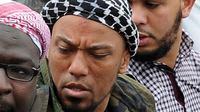 Dalam foto 5 Mei 2012, penyanyi rap Jerman, Denis Cuspert, tengah, berada di antara jemaah Salafi di B Bonn, Jerman. (AFP)