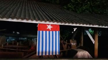 Bendera OPM Berkibar di Depan SDN 4 Kuta