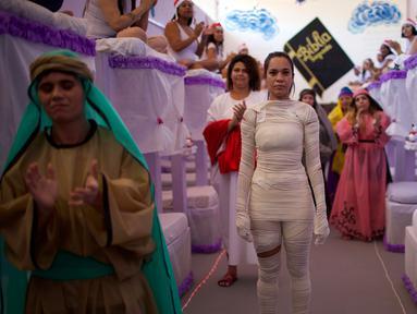 Narapidana wanita dengan beragam kostum tampil dalam acara Natal tahunan di Penjara Nelson Hungria, Rio de Janeiro, Brasil, Kamis (13/12). Para narapidana menghabiskan waktu berminggu-minggu untuk membuat dekorasi Natal. (AP Photo/Silvia Izquierdo)