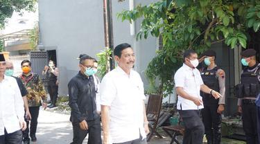 Menteri Koordinator Kemaritiman Luhut Binsar Pandjaitan melayat ke rumah duka Ibunda Jokowi, Solo, Jawa Tengah, Kamis (26/3/2020). (Liputan6.com/ Fajar Abrori)