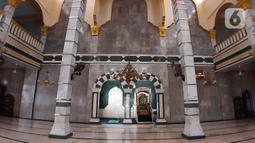 Suasana Masjid Jami' Al Munawwar, Jakarta, Kamis (7/5/2020). Meski di tengah ancaman pandemi COVID-19, sejumlah umat muslim tetap memanfaatkan Masjid Jami' Al Munawwar untuk melaksanakan ibadah di bulan suci Ramadan 1441 H. (Liputan6.com/Helmi Fithriansyah)