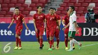 Bek timnas Indonesia U-23, Zalnando terlihat lesu melewati beberapa pemain Vietnam saat laga perebutan tempat ketiga Sepak Bola SEA Games 2015 di National Stadium Singapura, Senin (15/6/2015). Indonesia kalah 0-5. (Liputan6.com/Helmi Fithriansyah)