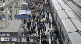Penumpang memakai masker untuk membantu melindungi dari penyebaran virus corona keluar dari kereta menjelang liburan Chuseok atau Hari Thanksgiving versi Korea di Stasiun Kereta Seoul di Seoul, Korea Selatan, Selasa (29/9/2020). (AP Photo / Ahn Young-joon)